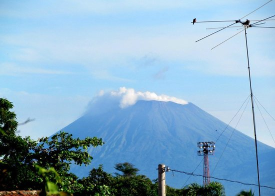 Hotel Cacique Adiact: The view from our balcony - Volcan San Cristobal