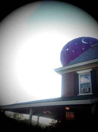 Parker House Inn and Restaurant: Balloons over the Parker House!