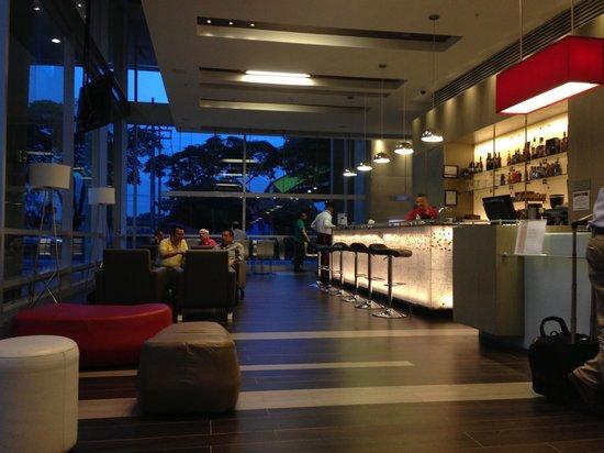 Ibis Medellin: Vista del área del Bar