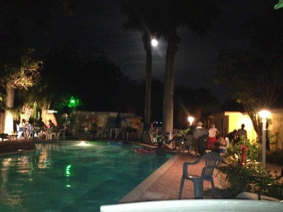 Anna Maria Motel & Resort Apartments: The Pool area beautiful at night