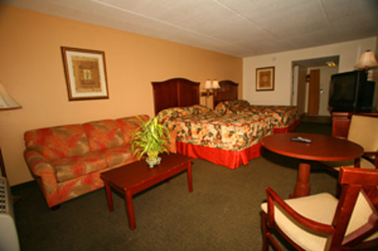 Dunes Inn & Suites: Poolside mini-suite with 2 queen beds and sleeper sofa