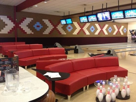 Schulman Theatres Lost Pines 8 : couches while bowling!