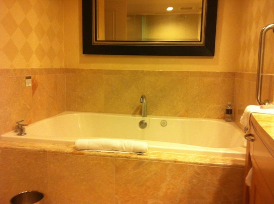 Trump International Hotel Las Vegas: our huge jacuzzi!  - studio strip view room