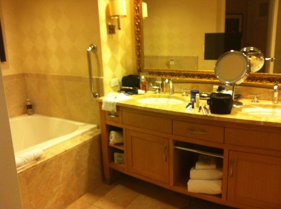 Trump International Hotel Las Vegas: bathroom in studio strip view room
