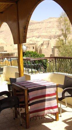 Hotel Amenophis: Vue direct sur le roof d'hotel, temple de Medinat Habou