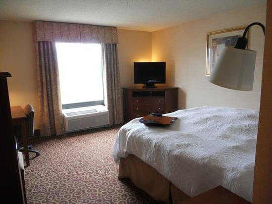 Hampton Inn Sheridan: room 301 was minimal furnishings in poor shape