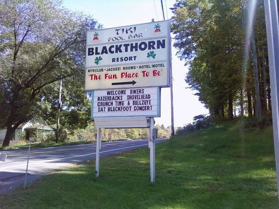 Blackthorne Resort: Main road sign