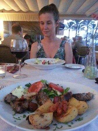 Santorini Restaurant : Lamb Kebab and Greek Salad