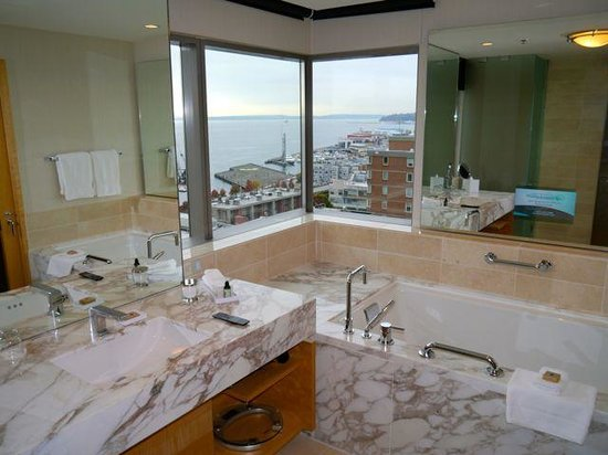 Four Seasons Hotel Seattle: Bathroom view