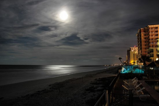 Daytona Shores Inn and Suites: Nighttime view down the beach from the pool deck.