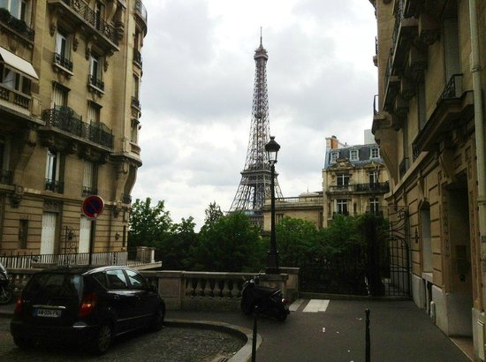Plaza Tour Eiffel: Just 5 minutes walk away a side street with a view....