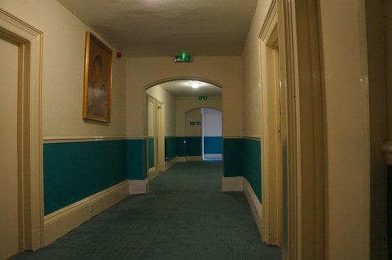 The Clifton Hotel - Scarborough: Dull depressing doorway