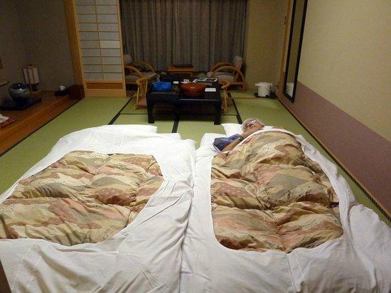 Oike Hotel Honkan: habitacion (luego dormitorio)