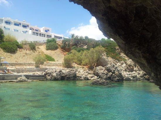 Castelia Bay: Vista dell'hotel dalla baia.