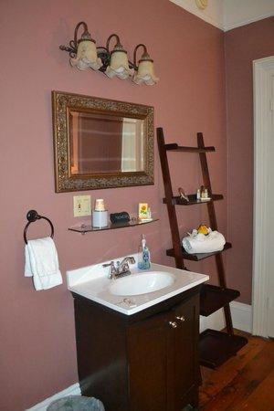 Inn On Carleton: Sink in the bedroom