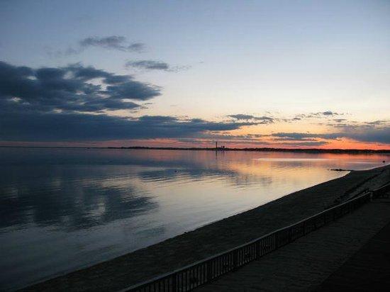 Crow's Nest Resort: Sunset over Cape Cod Bay