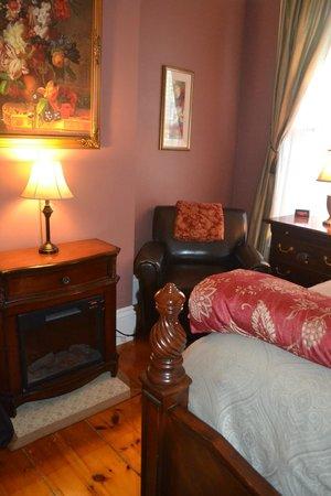 Inn On Carleton: One side of bedroom