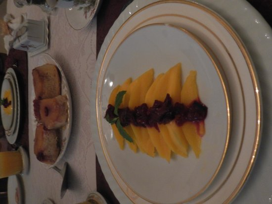 The Pratt Smith House: Breakfast, 1st course, Mangos with fruit ontop