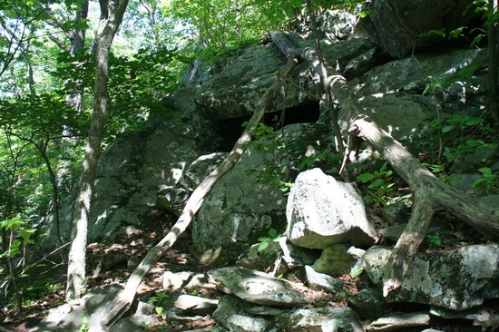 Humpback Rocks Visitor Center and Mountain Farm: Cave on trail