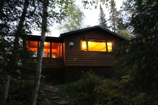 Fenske Lake Resort Cabins : View of the cabin from the path to the lake at dusk