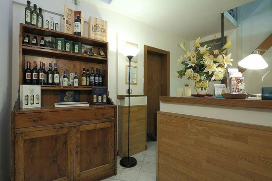 Guest House Bel Duomo: Wine and olive oil for sale in Reception