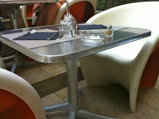 Restaurant la Place: tables sur les marches en terrasse