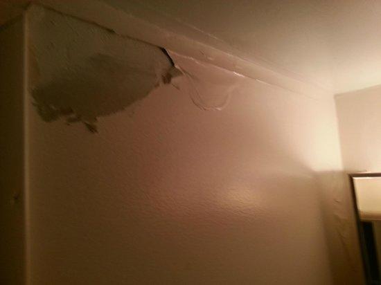 Riviera Motel: Paint falling off!