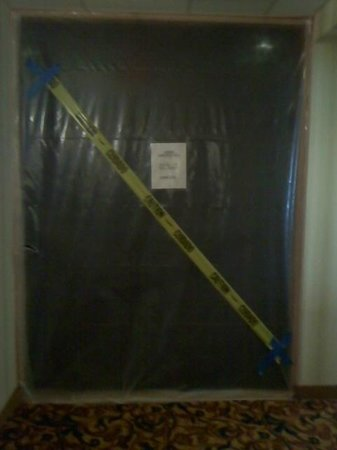 Quality Inn and Suites: Caution tape blocking off a hallway?