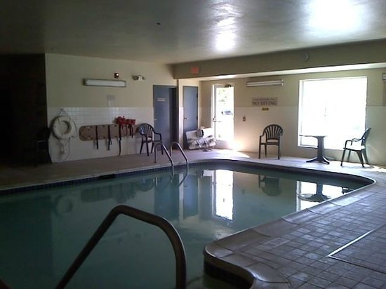 Country Inn & Suites by Carlson: A closed down pool.