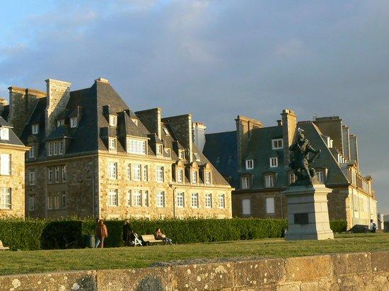 Saint-Malo, Francia: La statue de Surcouf