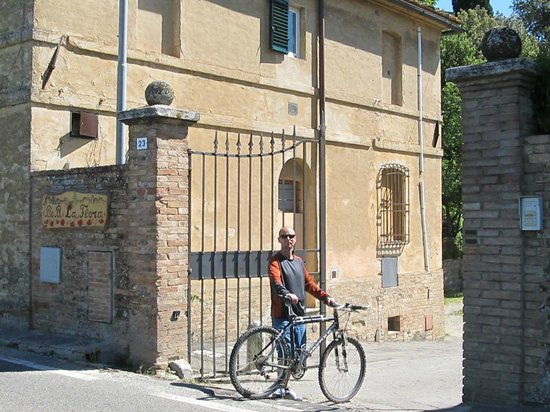 Bed & Breakfast La Flora: Biking around the Tuscan countryside