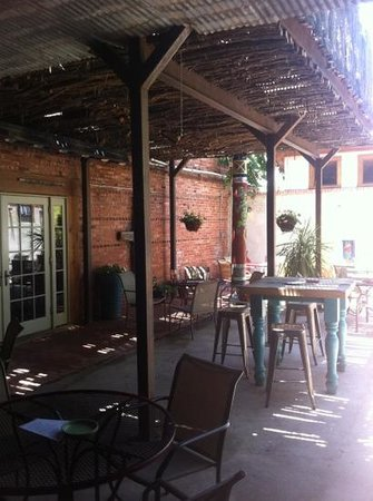 Saddle Club Alpine : back patio