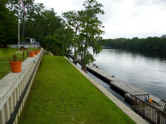 Suwannee Gables Motel and Marina: Dock and Suwannee River