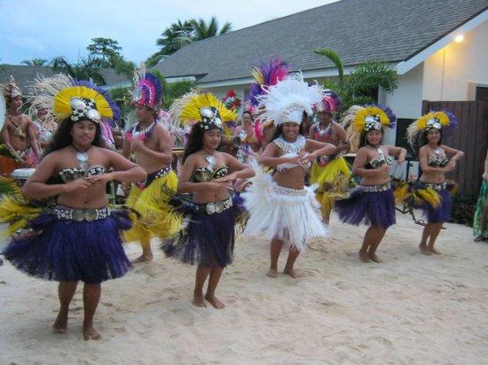 Cooks Bay Villas: dance troup