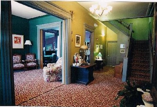 Stone Gables Bed and Breakfast: Foyer into Living Room