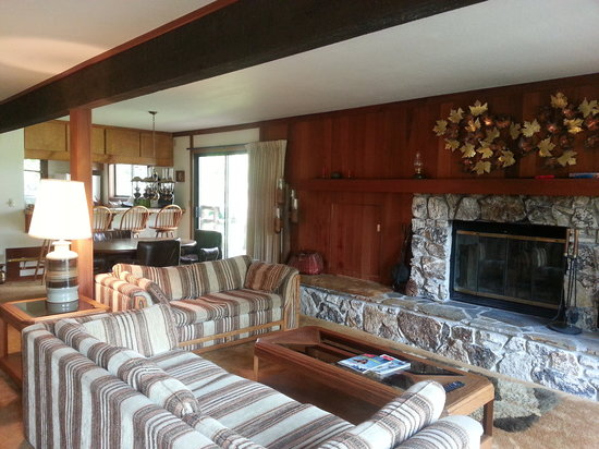 Graeagle Meadows Vacation Rentals & Real Estate: living room and dining room