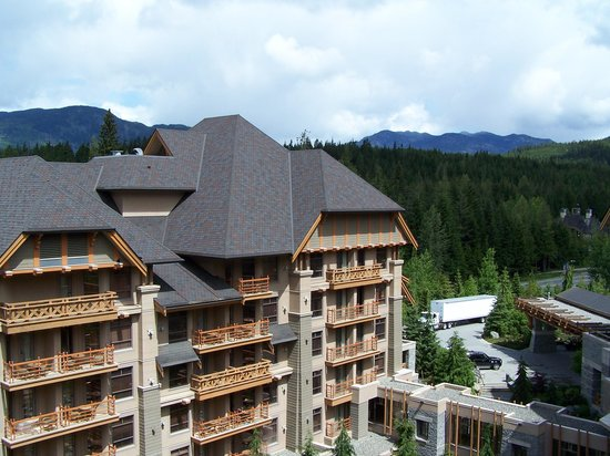 Four Seasons Resort and Residences Whistler: The veiw across to the mountains