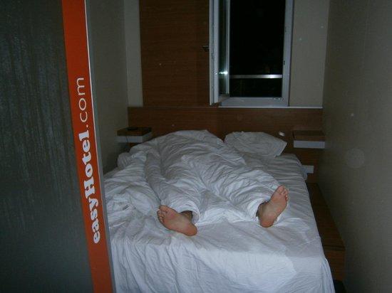 easyHotel Berlin Hackescher Markt: Somos  bastante altos, la habitación es chica pero la cama es graaande!