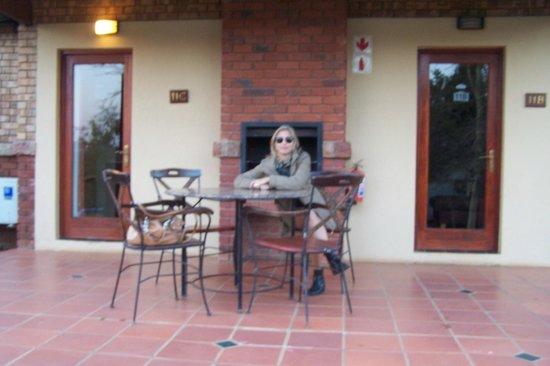 aha Greenway Woods Resort: Habitación con parrilla ,mesa y silla.