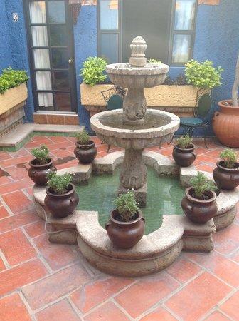 لا فيلا ديل إنسوينو: Grounds of La Villa del Ensueno water
