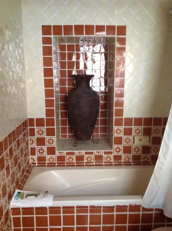 La Villa del Ensueno Hotel : Mexican tiled spacious bathroom