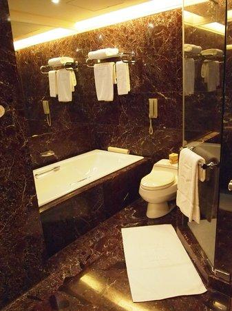Shangri-La's Far Eastern Plaza Hotel Taipei: Washroom
