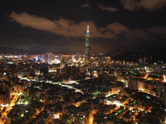 Shangri-La's Far Eastern Plaza Hotel Taipei: Night view from 54/F