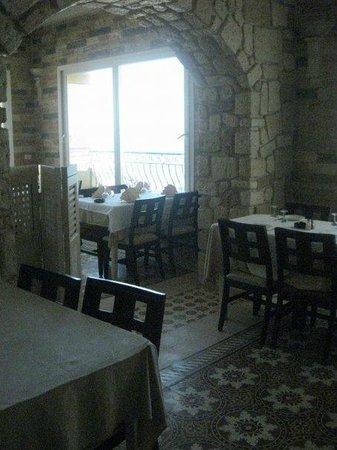 Restaurant Neptune: salle du premier etage avec de larges   fenetres donnant sur la mer