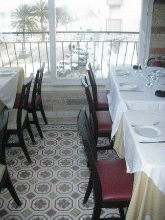 Restaurant Neptune: salle du deuxiéme étage ouvrant sur une terrasse vue panormaique