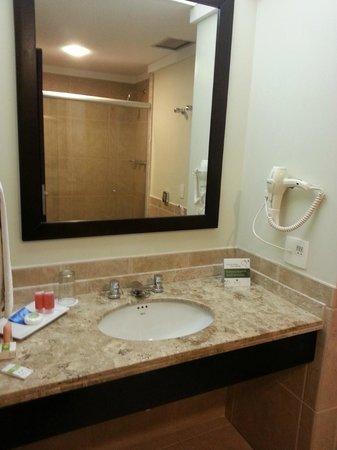 Hotel Deville Prime Cuiabá: bancada na entrada do banheiro