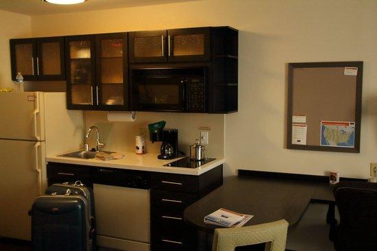 Candlewood Suites Phoenix Tempe: Kitchen Area