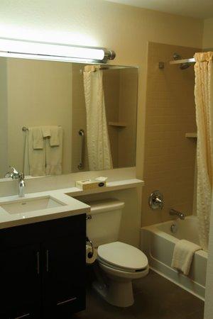 Candlewood Suites Phoenix Tempe: Bathroom