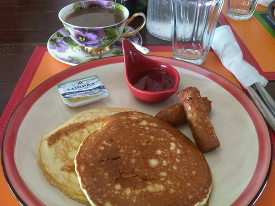 Joaquin's Bed and Breakfast: Pancakes and sausages