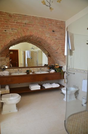 La Locanda di San Francesco: Enormous bathroom!